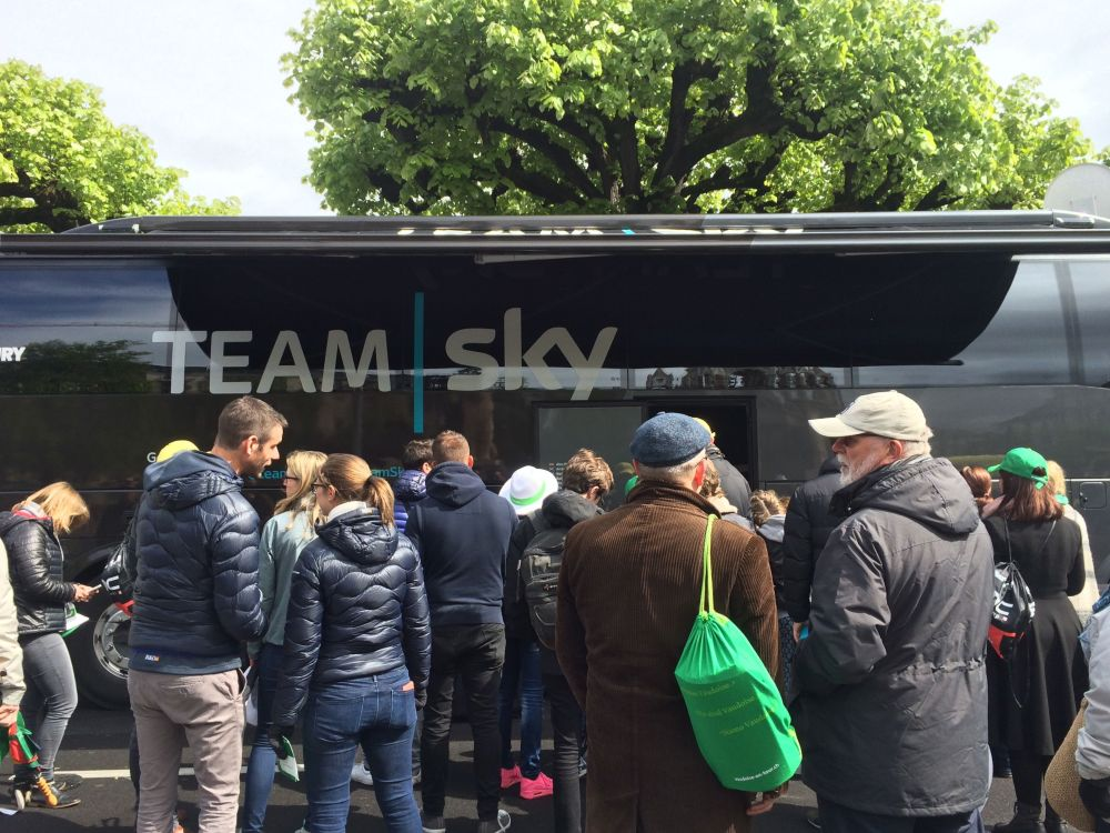 SkyTeam fans waiting for Froome in Geneva1